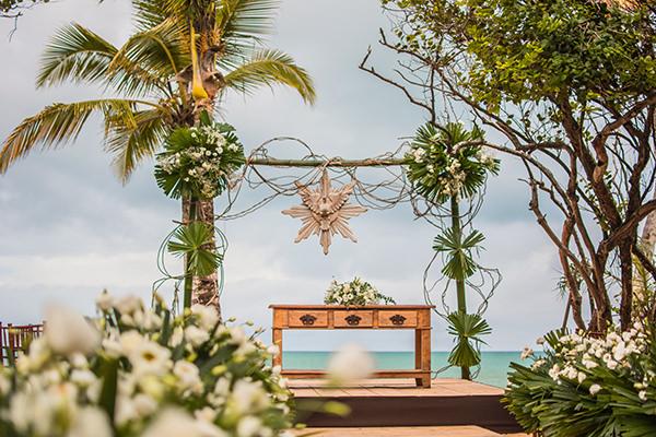 Decoração em branco e pink de detinantion wedding na Bahia